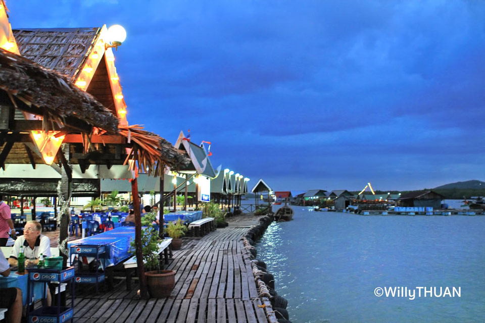 плавучий ресторан во время круиза по заливу Пханг Нга